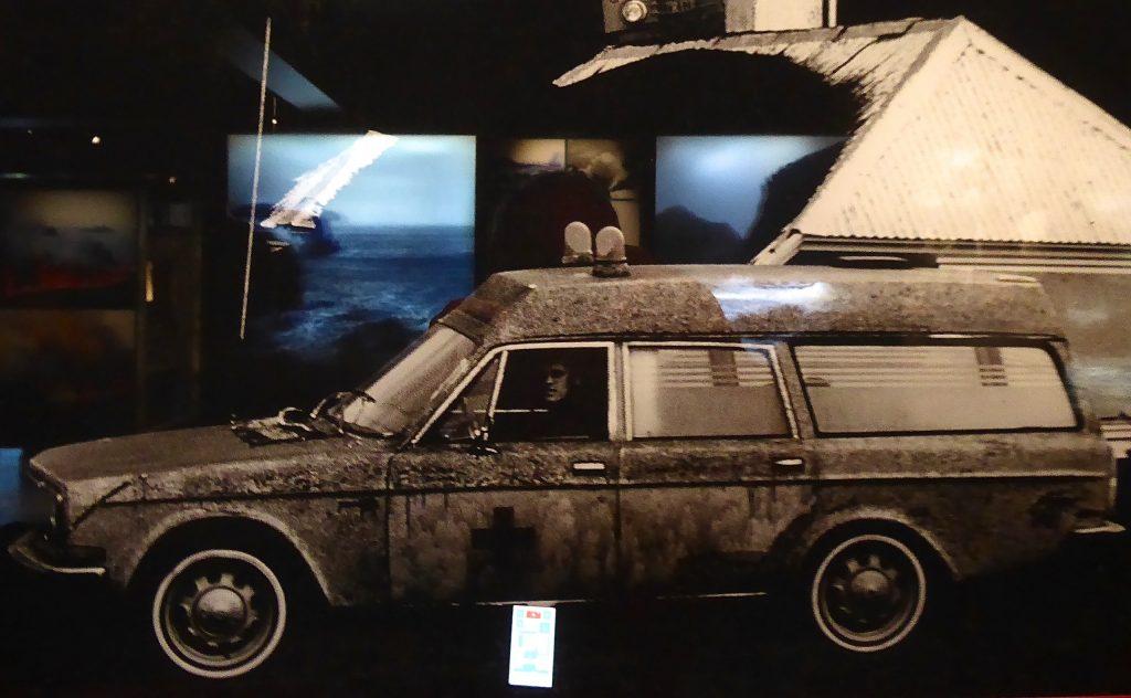 Aschebedeckter Krankenwagen aus 1973 zur Zeit des Ausbruches