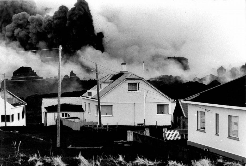 Verheerende Lavaströme und Aschewolken ziehen über die Ortschaft auf den Westmänner Inseln
