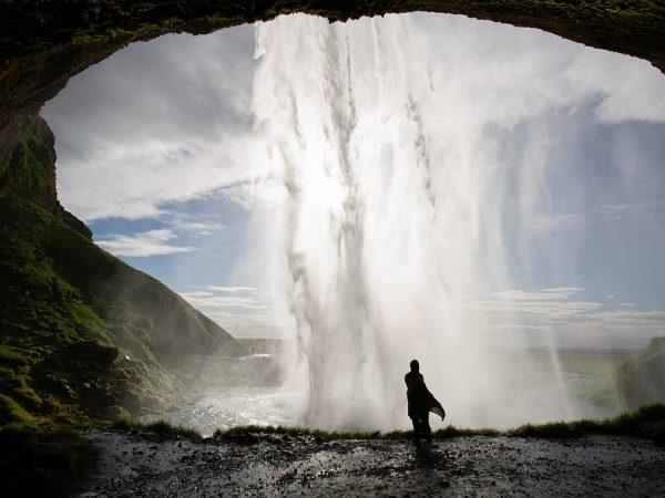 Frau am Wasserfall Seljalandsfoss