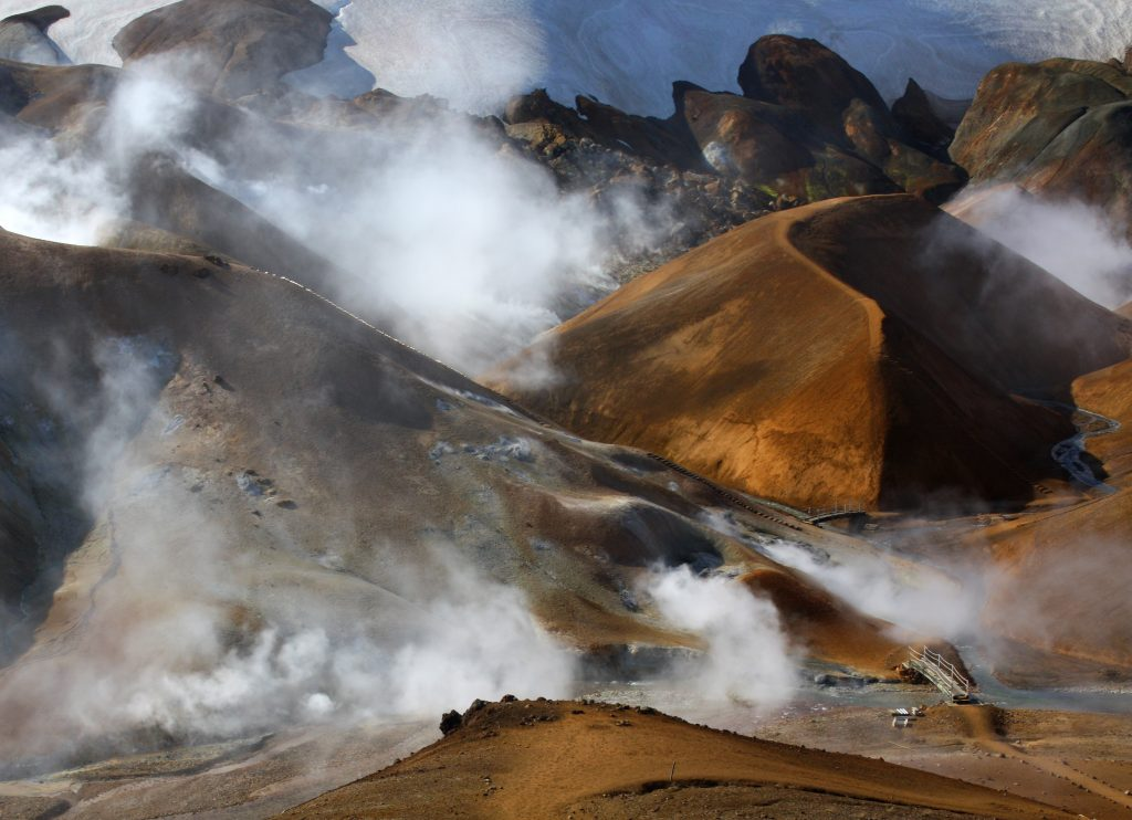 Dampf aus geothermischer Energie in den Hochland-Bergen Islands