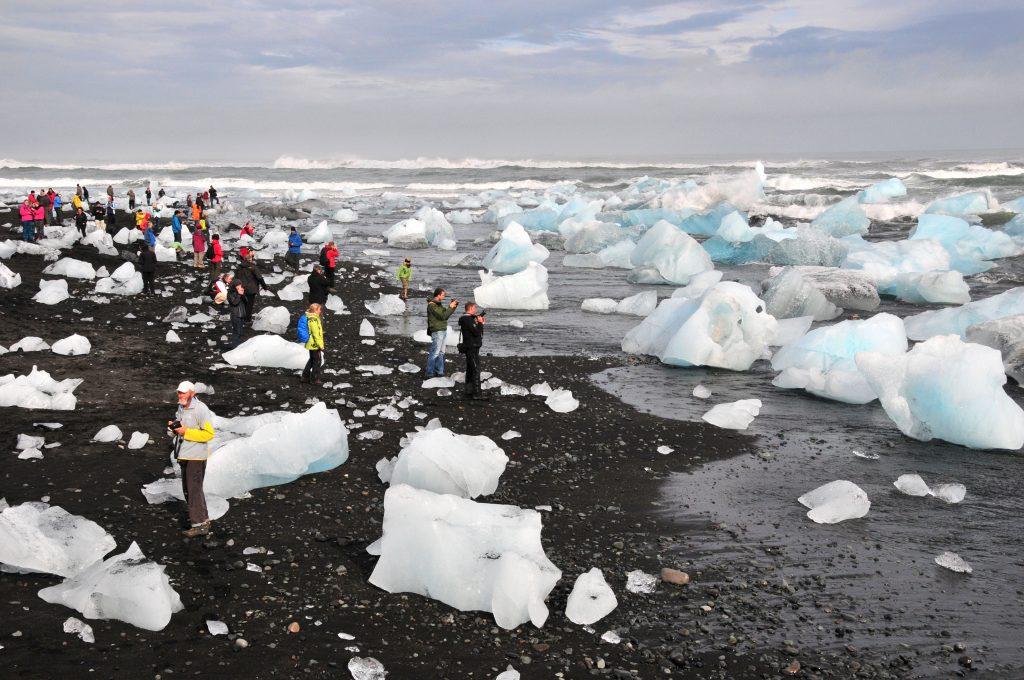 Strand mit Eisbrocken vom Gletscher in Süd-Island