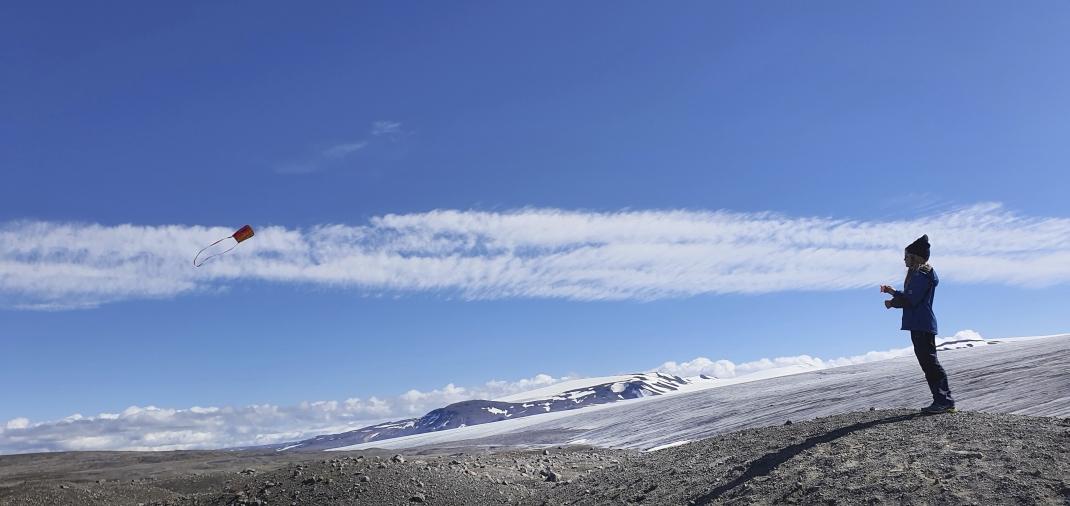 Kind mit Drachen im isländischen Hochland, Fotowettbewerb Platz2