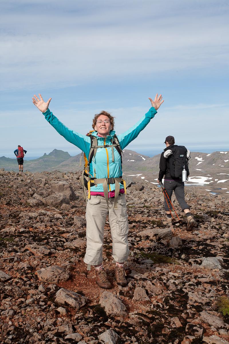 Wanderin breitet die Arme aus und genießt die Luft