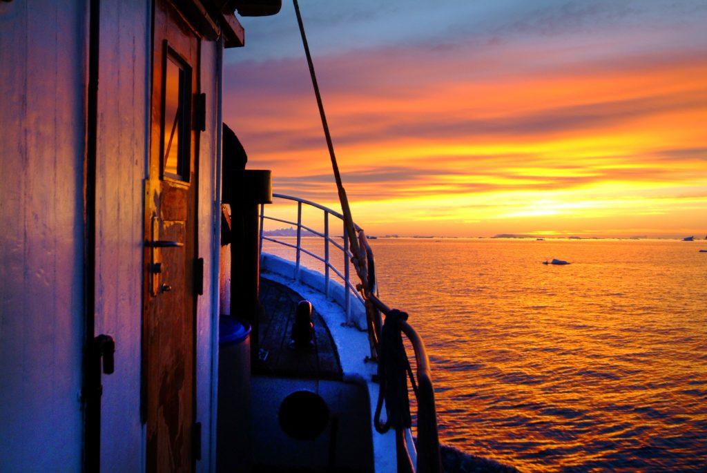 Bootsfahrt in Grönland bei Sonnenuntergang