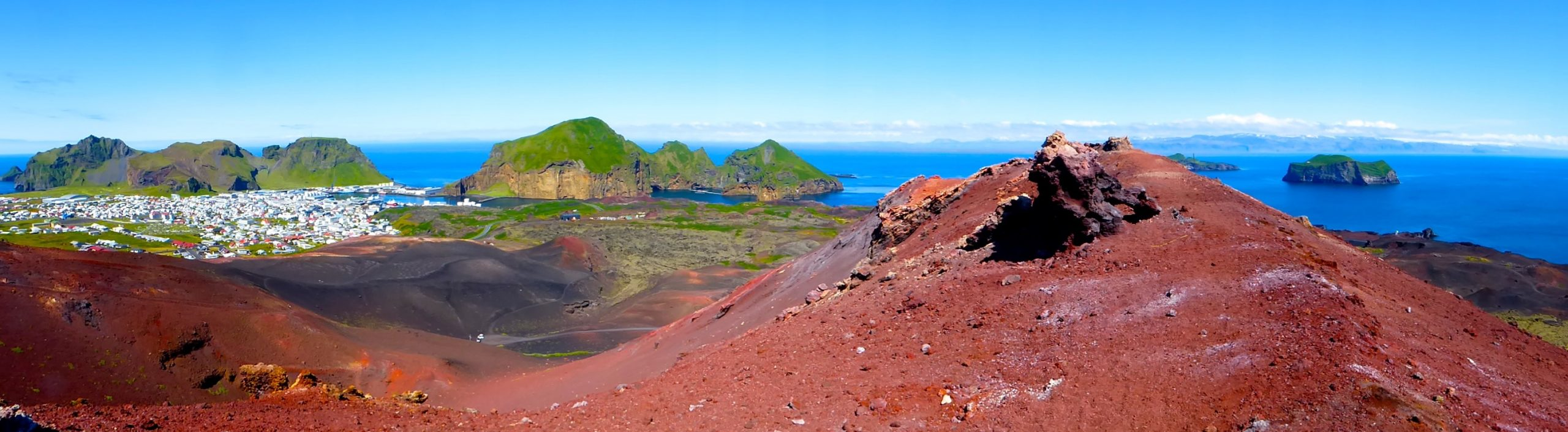 Farbige Vulkanlandschaft auf den Westmänner Inseln