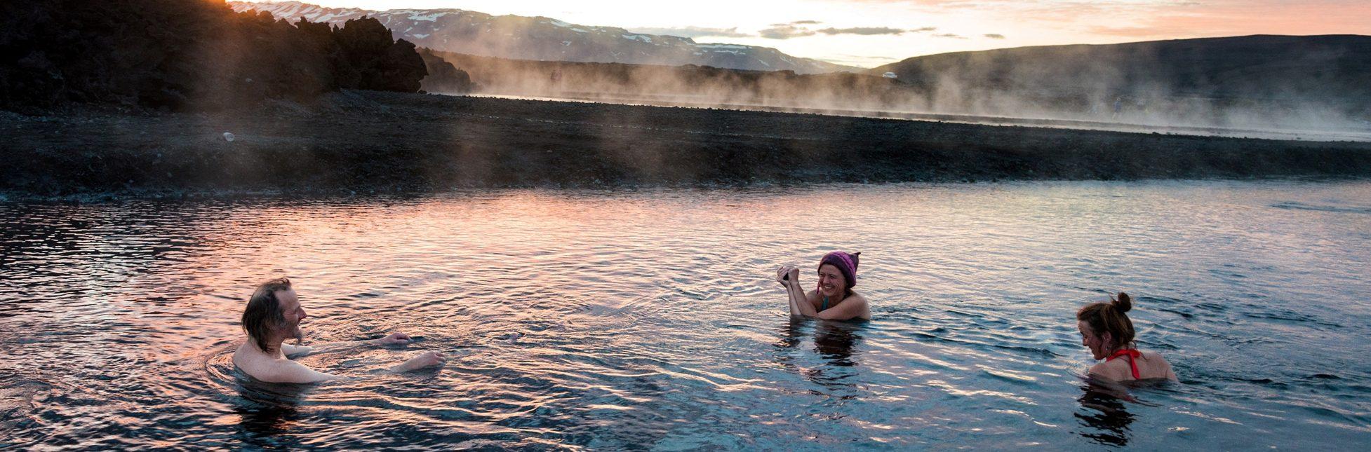 Lustige Menschen baden im Bach