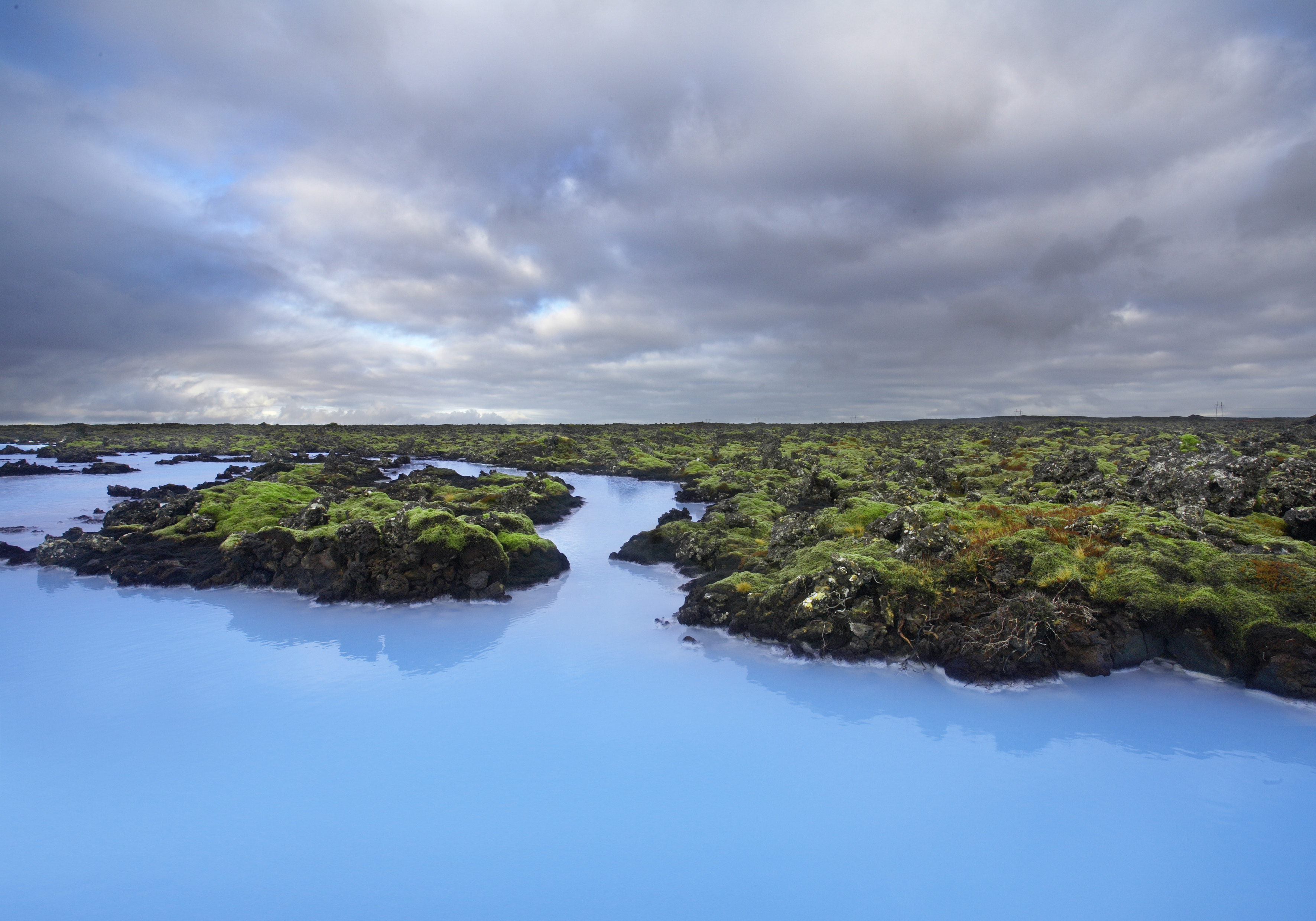 Das milchige Wasser der Blauen Lagune mitten im Lavafeld in Island