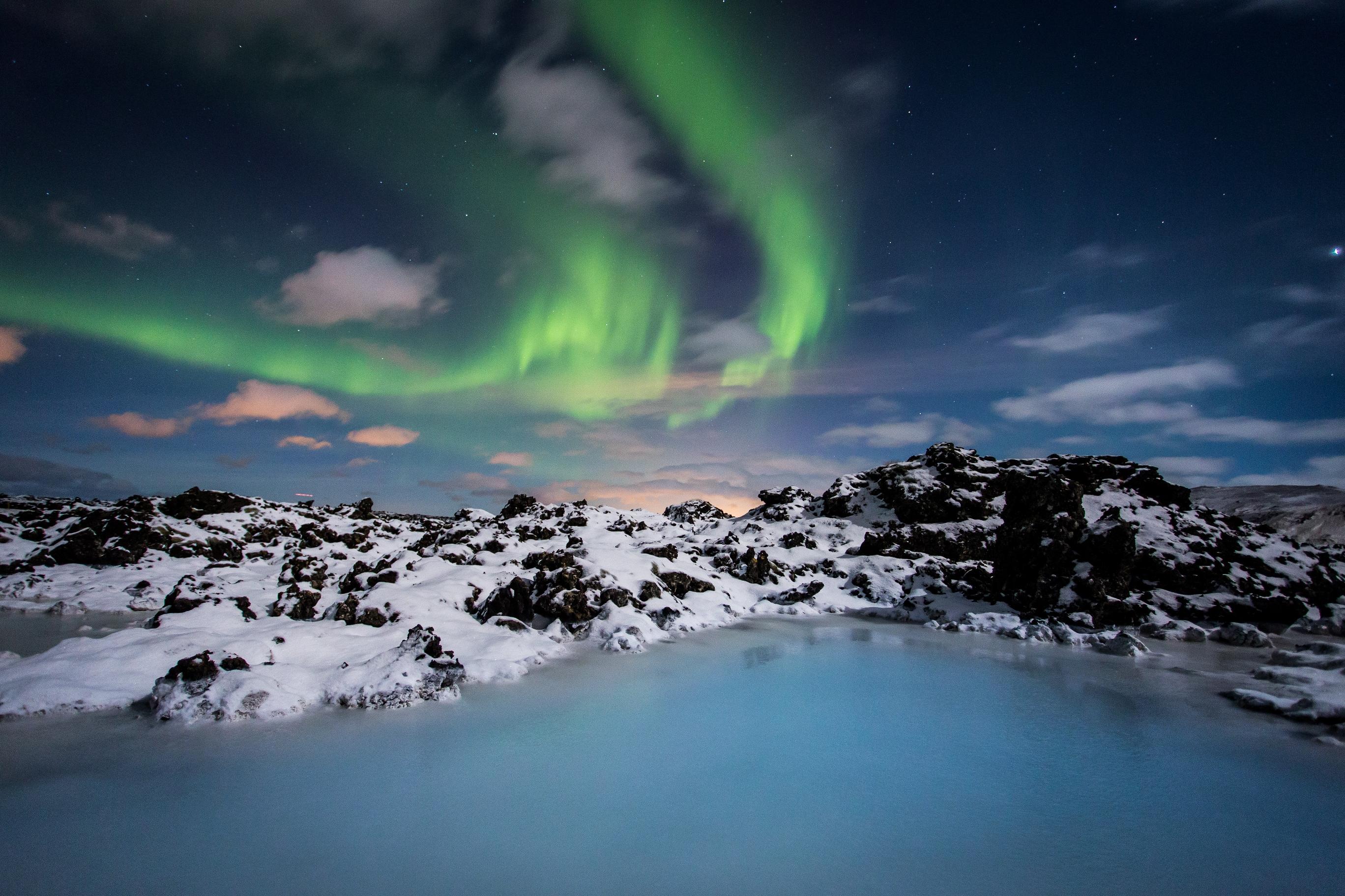 Blaue Lagune Wasser und Nordlichter am Himmel
