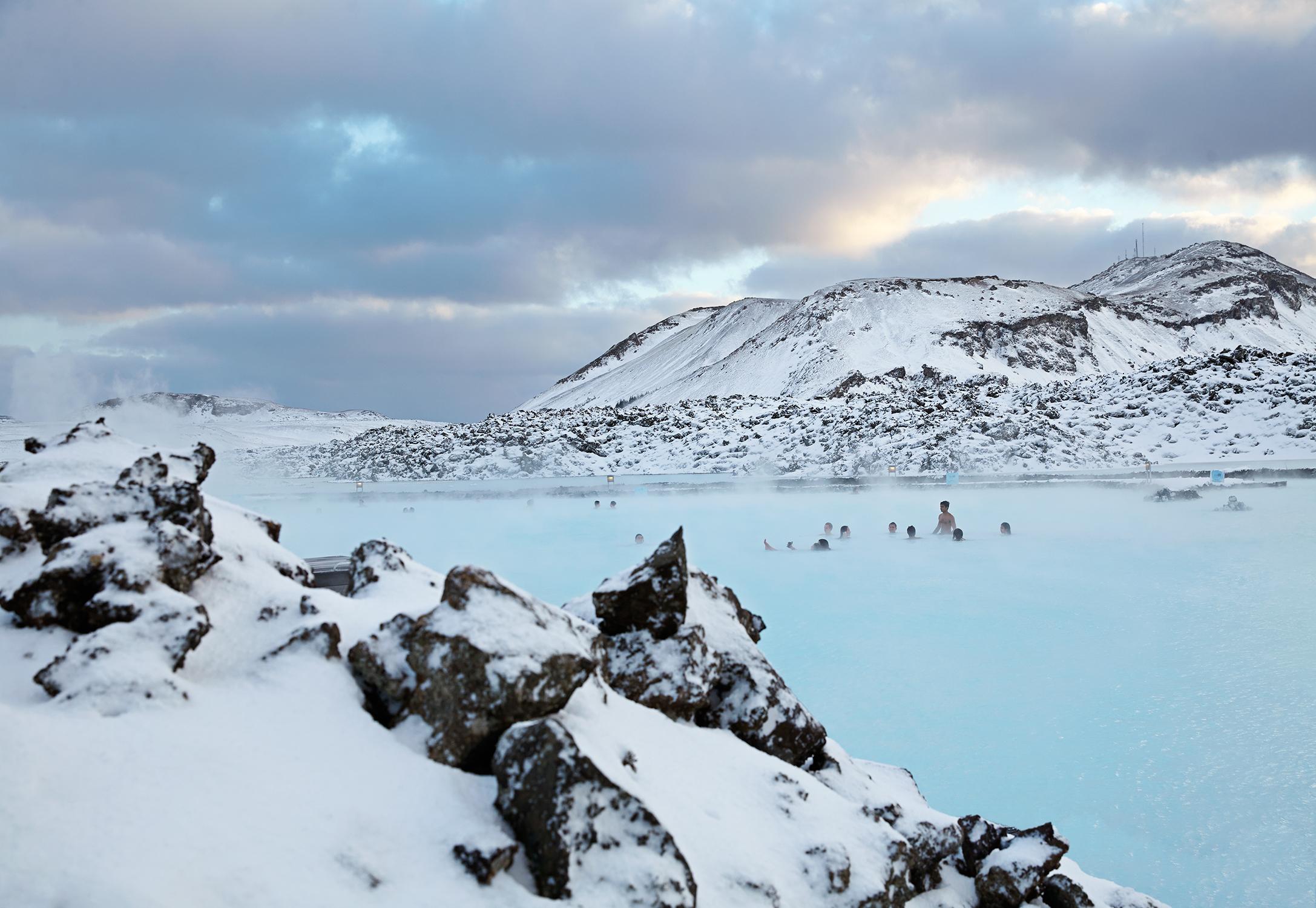 Badende Menschen in der Blauen Lagune in Island im Winter