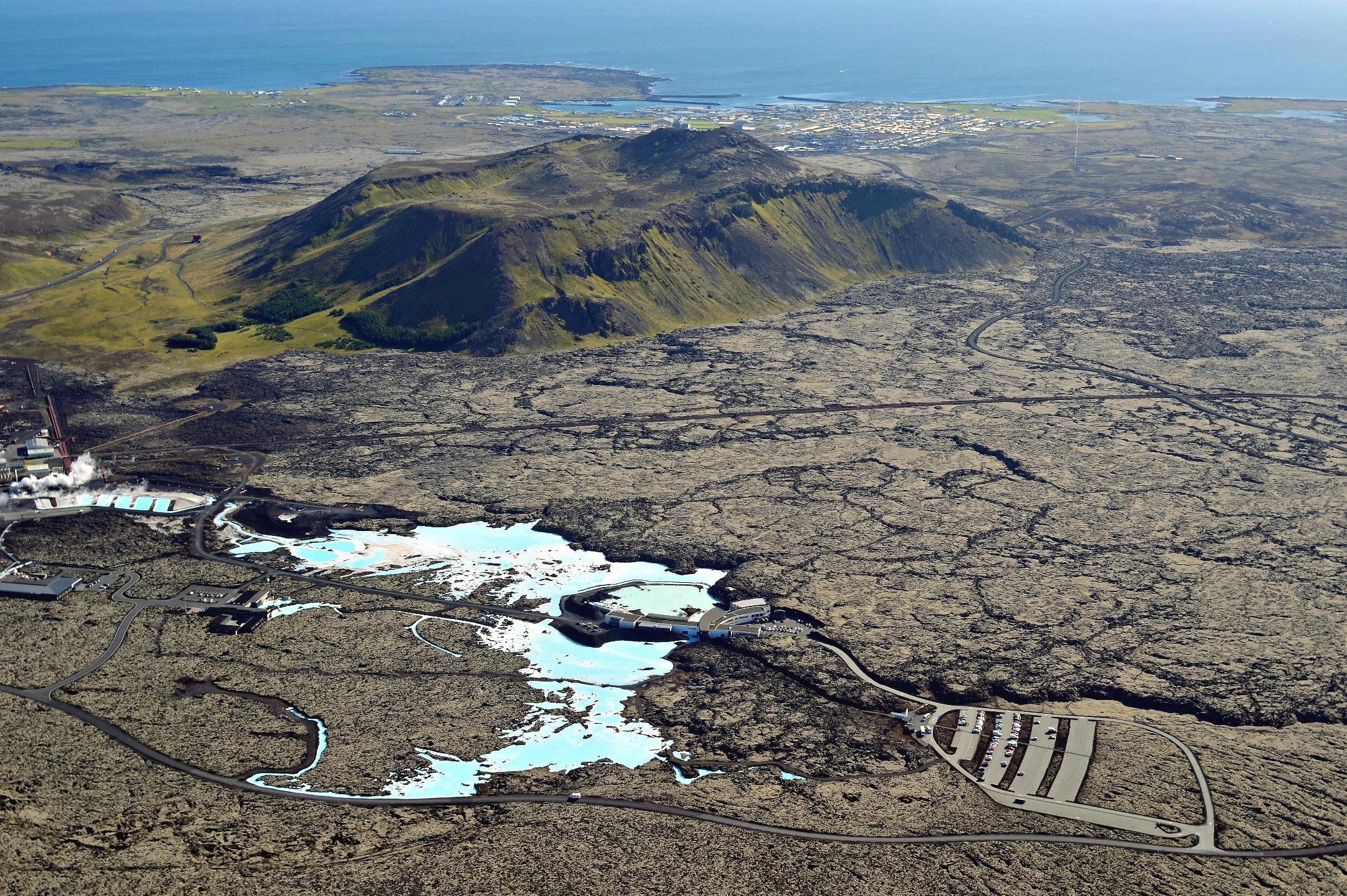 Blaue Lagune von oben mitten im Lavafeld Island