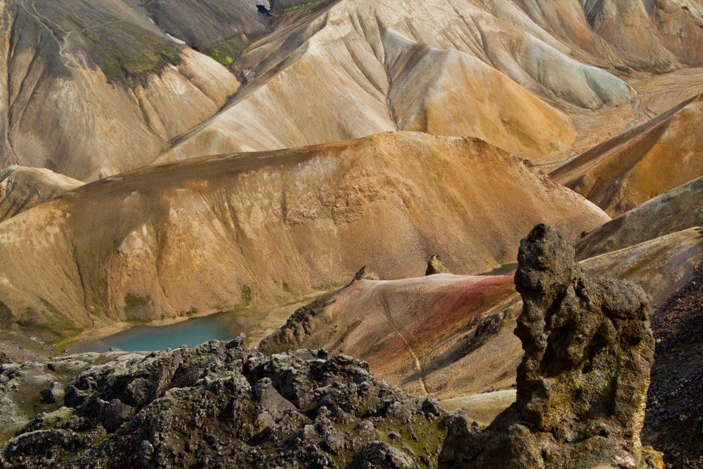 Laugavegur Trekkingweg im Hochland von Island - vegetationslose Berge