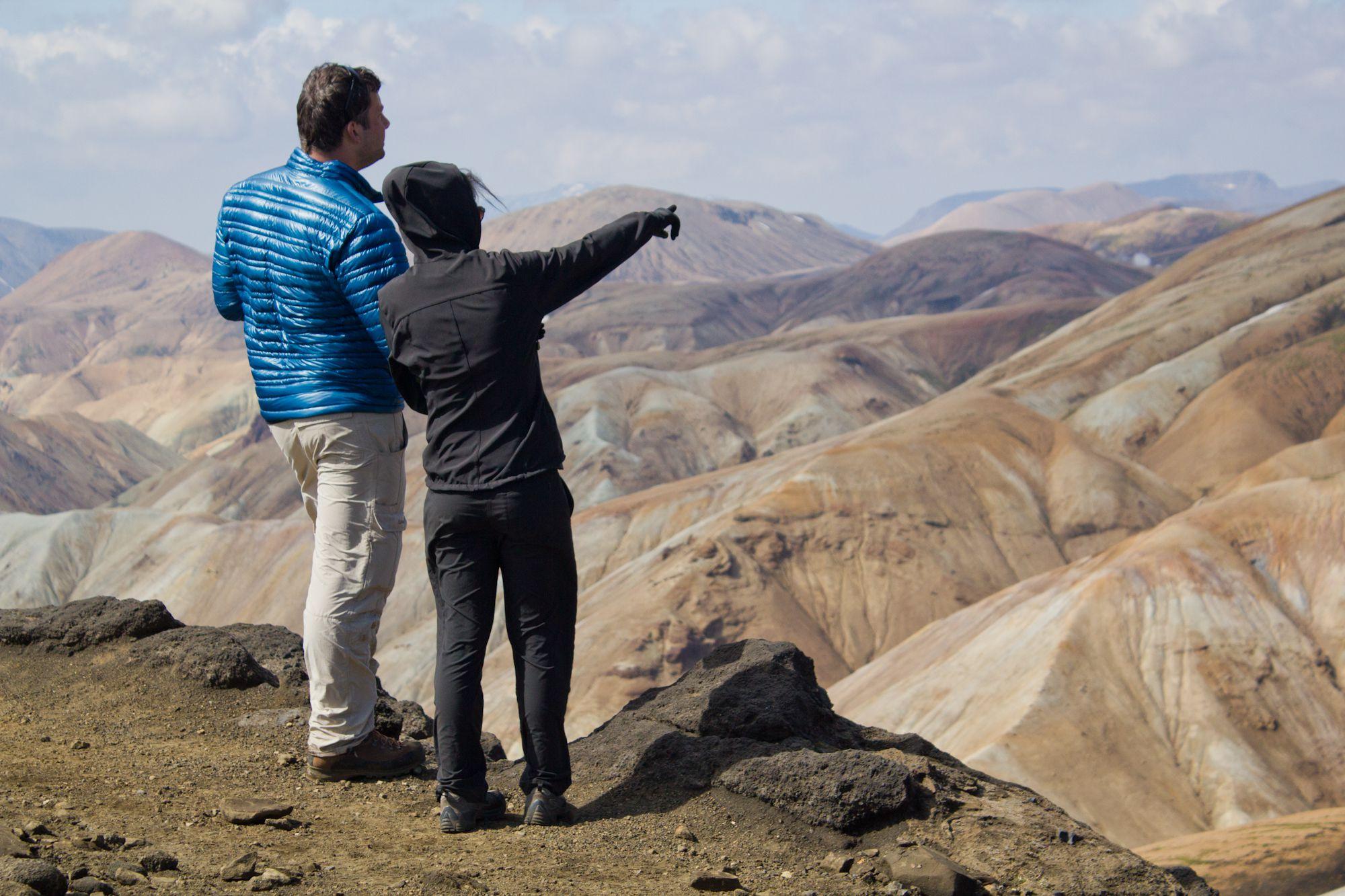 Wanderer bei Landmannalaugar genießen die Aussicht