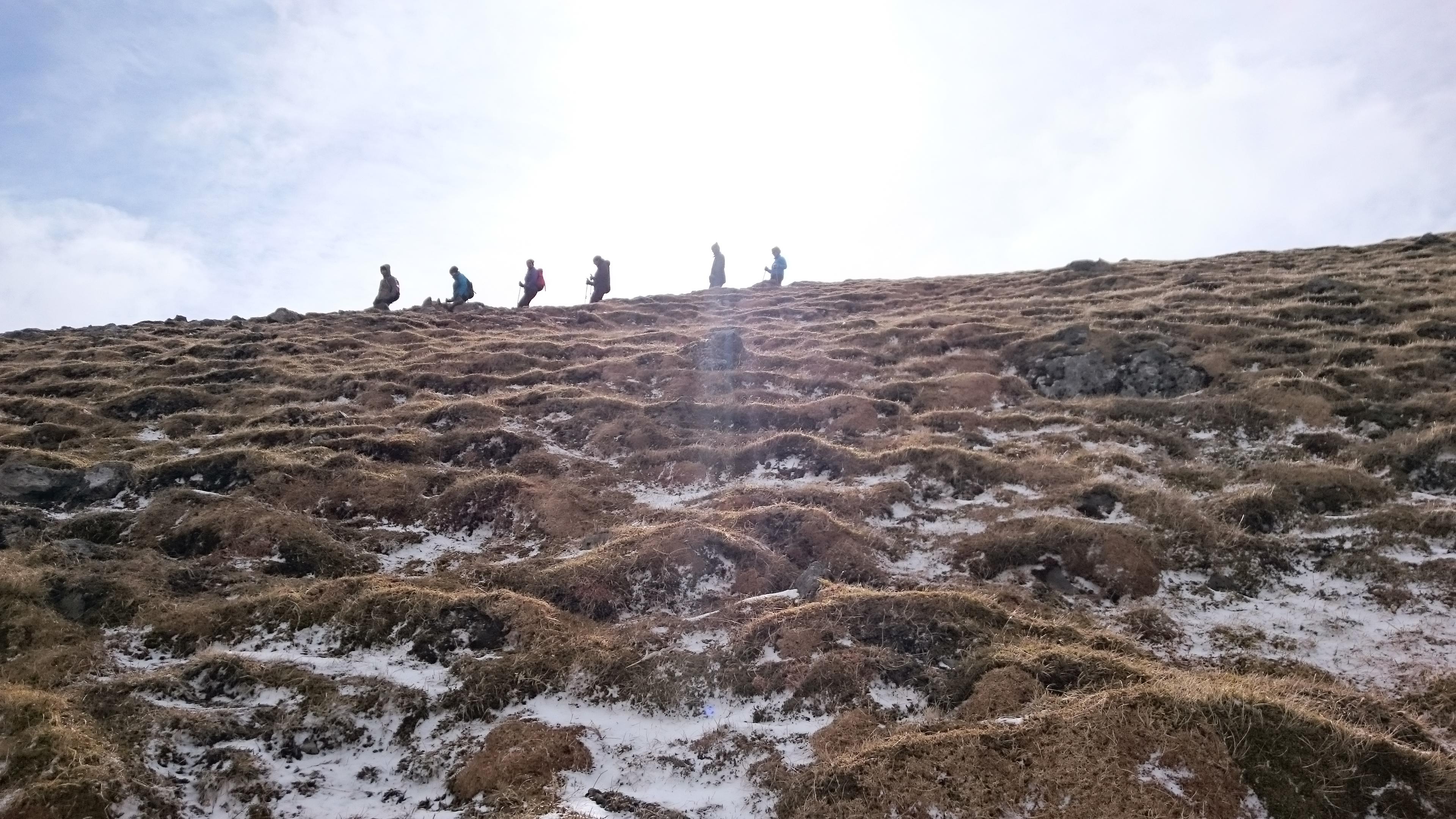 Gruppe wandert am Berg Akrafjall