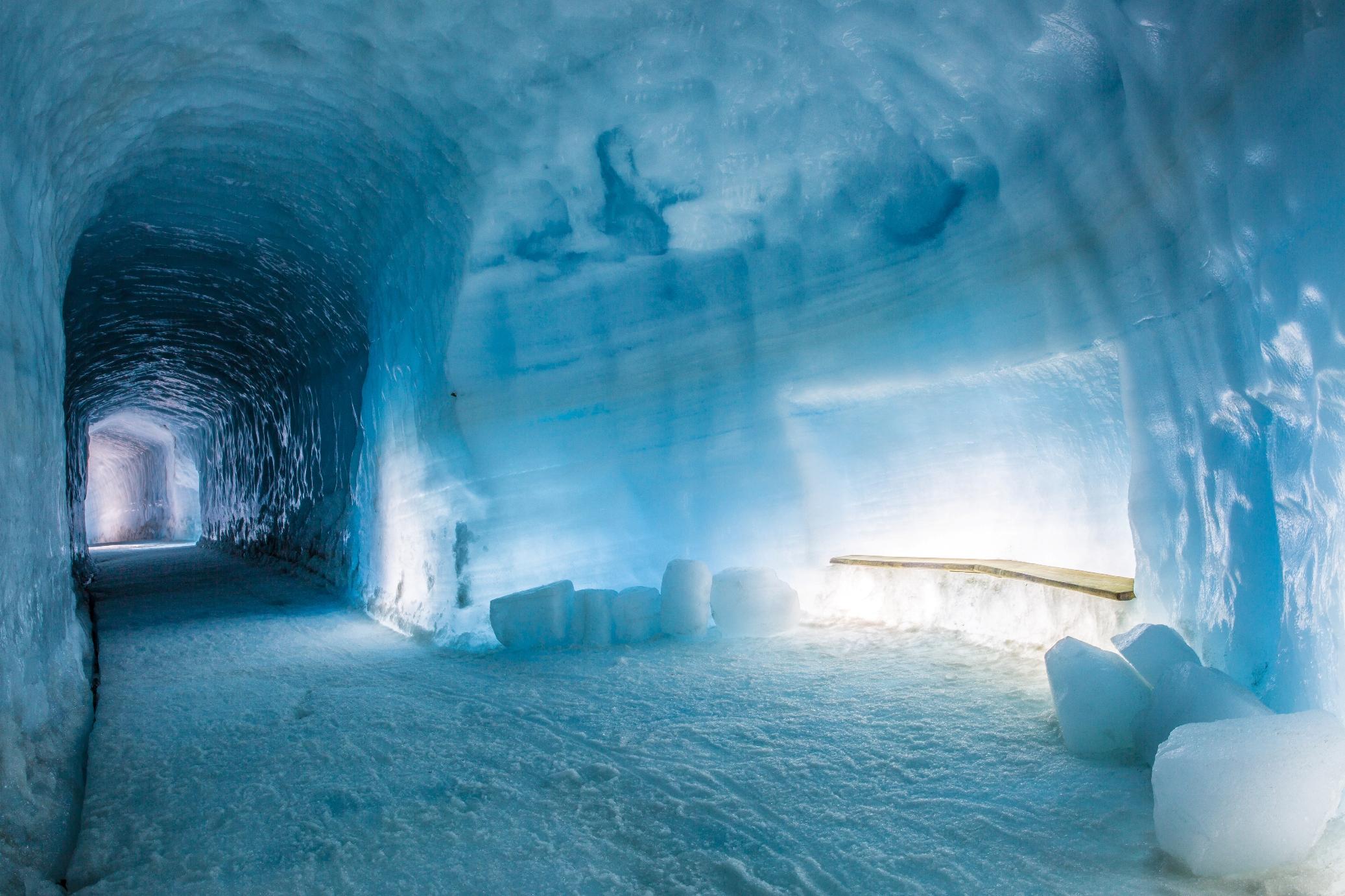 Langjökull Eishöhle Into the glacier