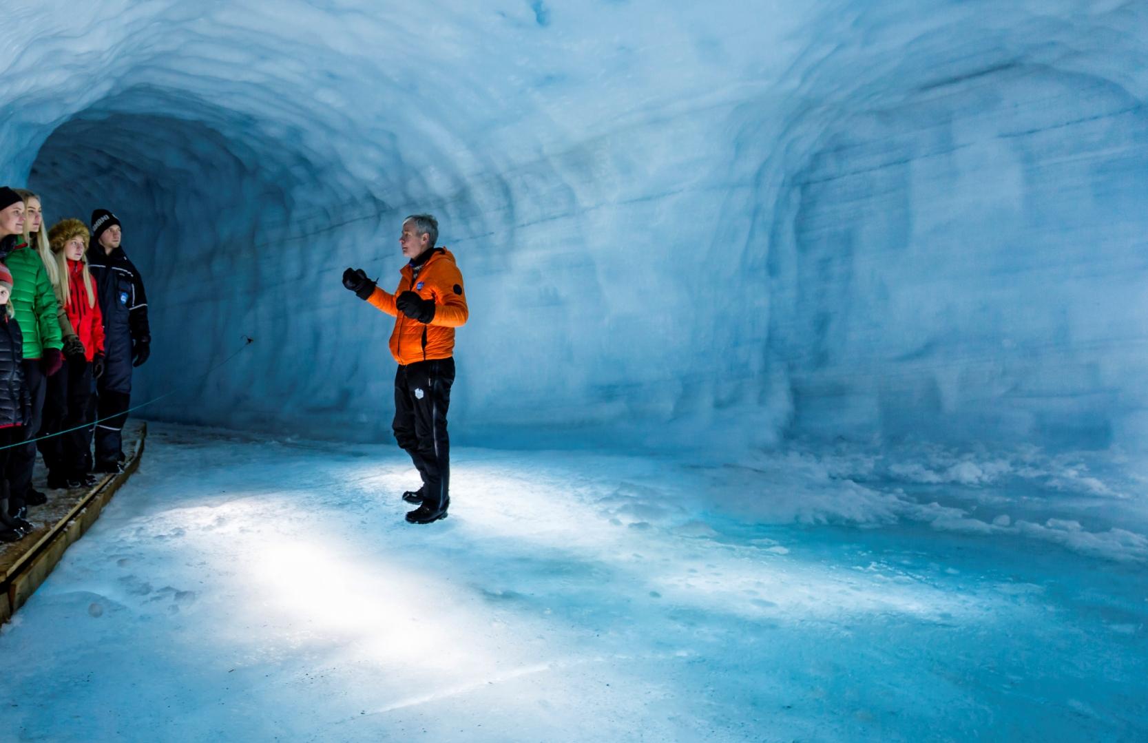 Langjökull Eishöhle Into the glacier Skarpi
