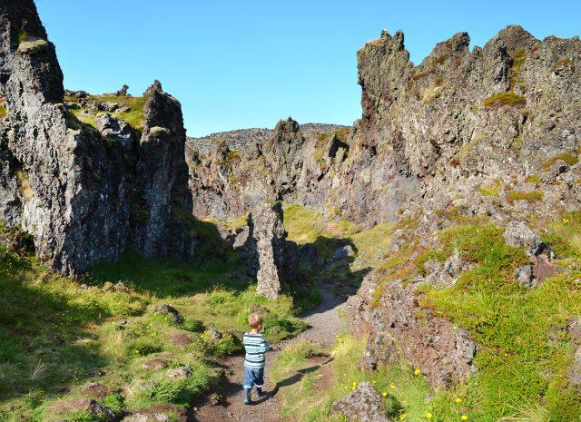 Kinder laufen durch ein Felsenlabyrinth in Island