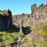 Kind in Island im Felsenlabyrinth auf der Snaefellsneshalbinsel
