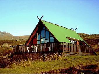 Haaleiti - Ferienhaus mit grünem Dach im Osten Islands