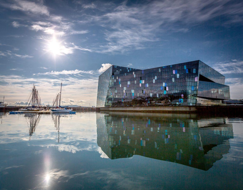 Glasgebäude, Gebäude mit Glasfassade - das Harpa Konzerthaus in Reykjavík, der isländischen Hauptstadt