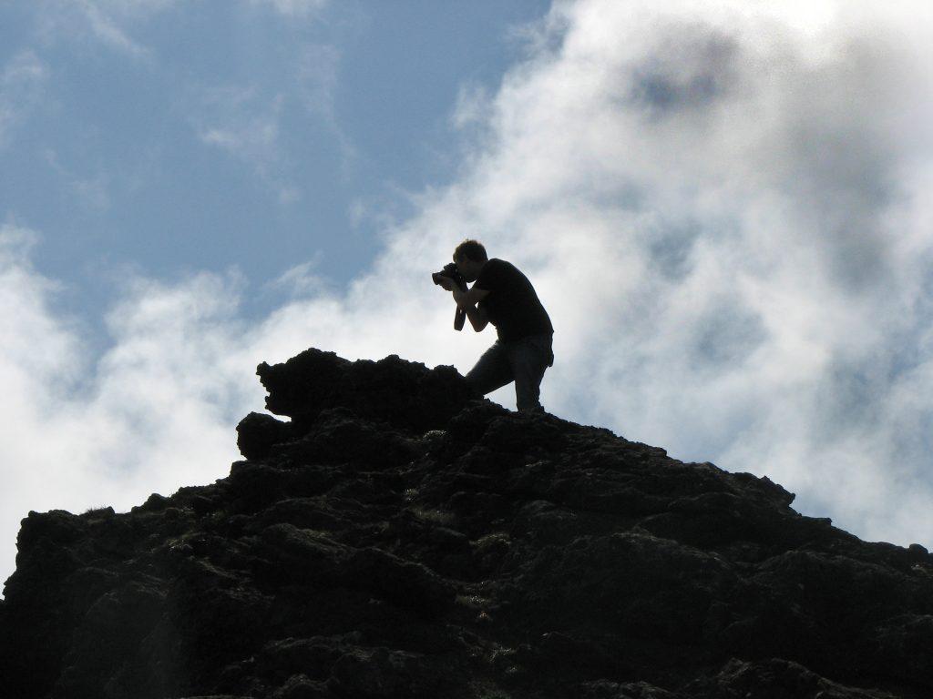 Mann fotografiert Lava auf Island