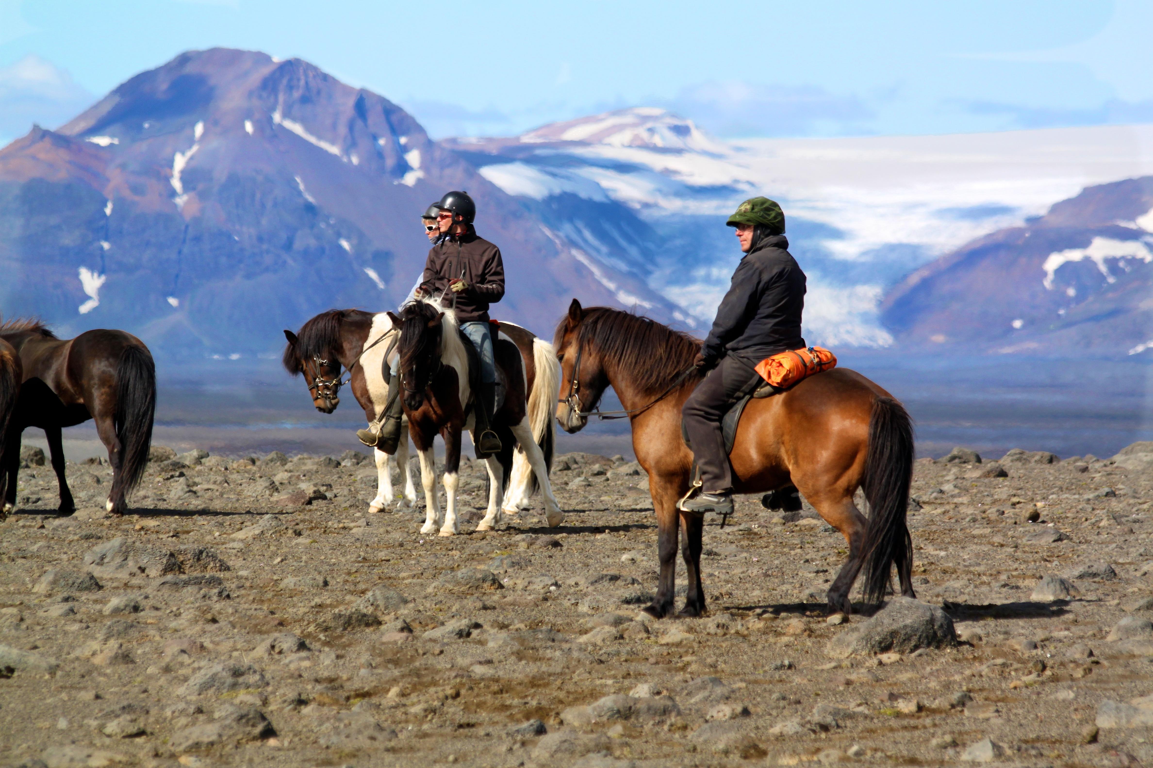 Reitergruppe vor Gletscherkulisse