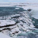 eisverhangener Wasserfall Gullfoss im Winter