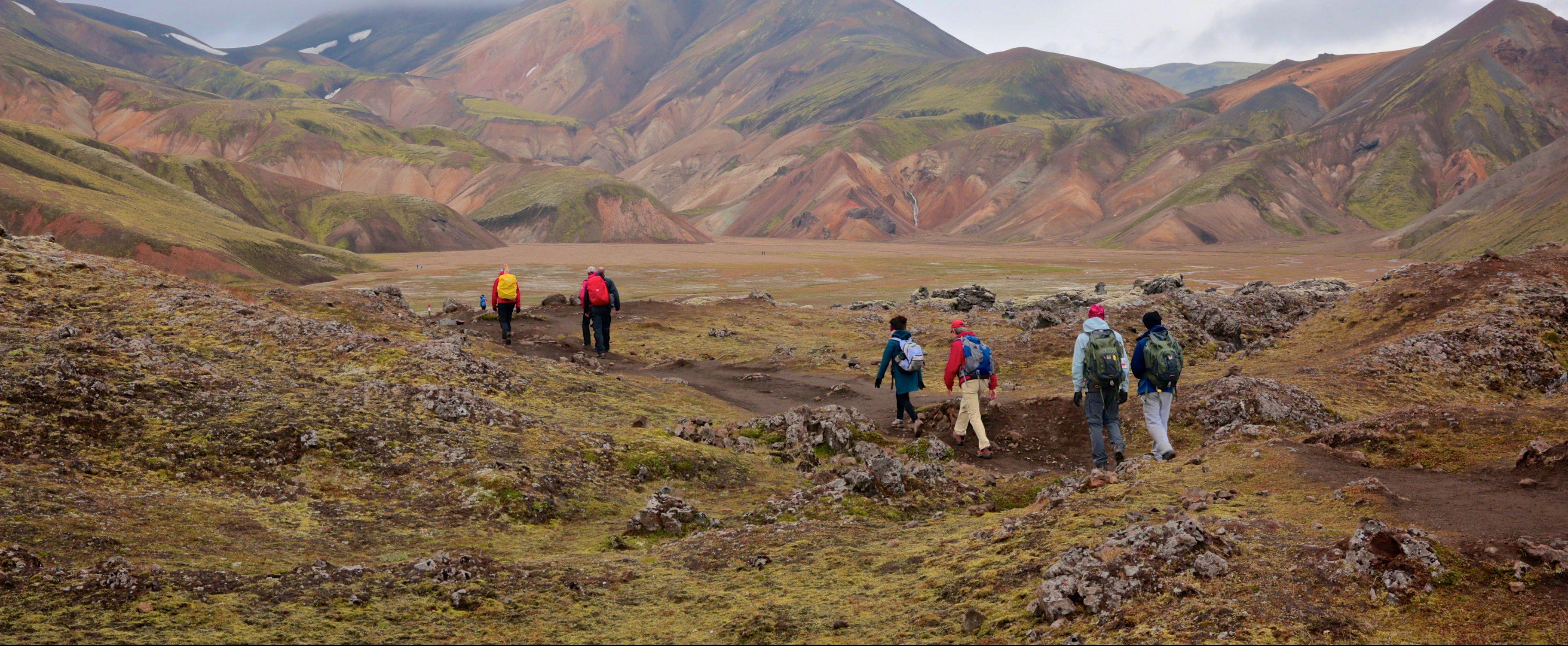 Wanderer laufen im Hochland Islands