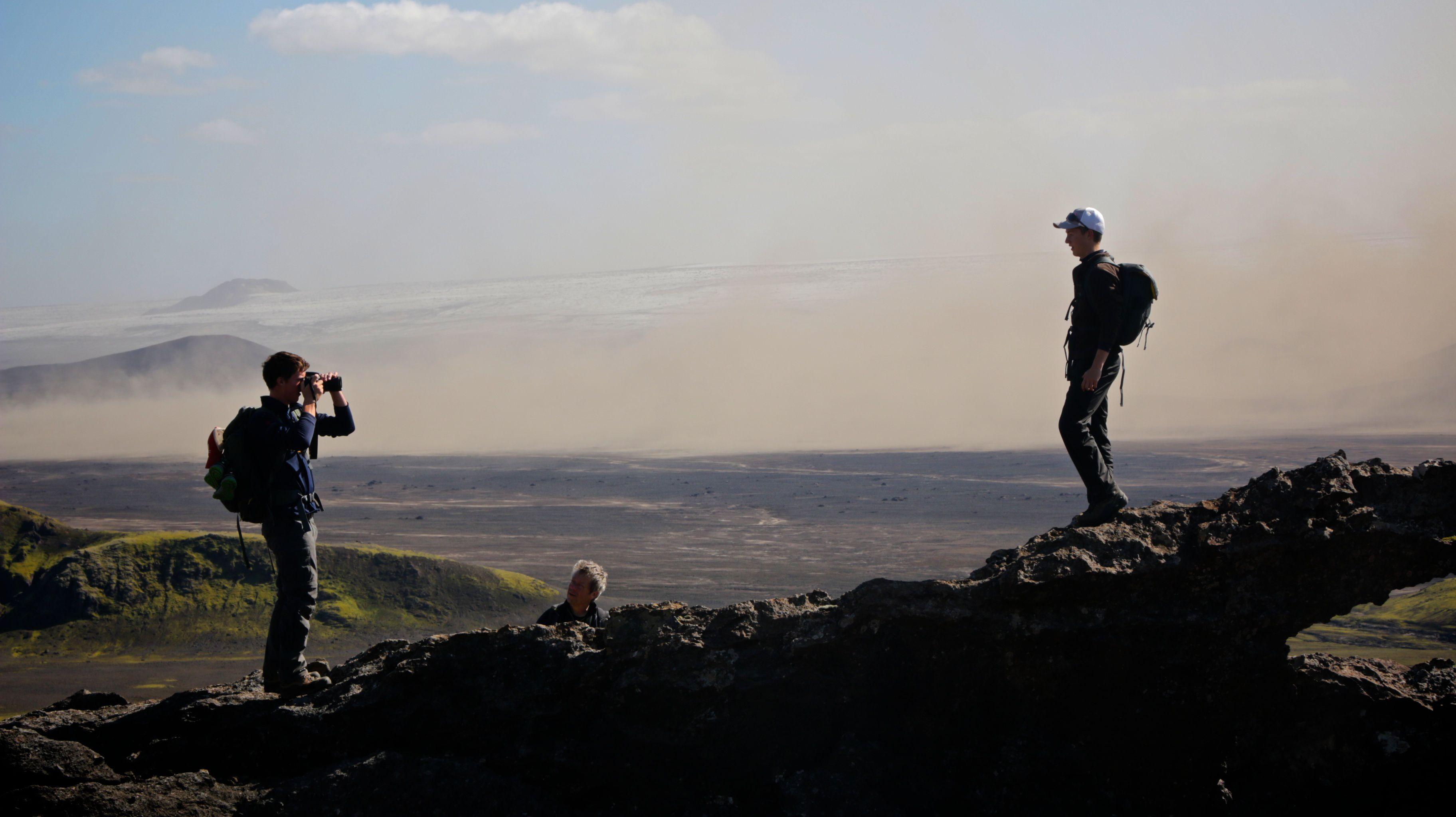 Wanderer mit Fotopause und atemberaubenden Ausblicken über die Weite Islands