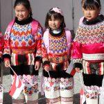 Groenland, Grönland, Kinder in Tracht, Tradition, traditionell, groenlaendische Fahne