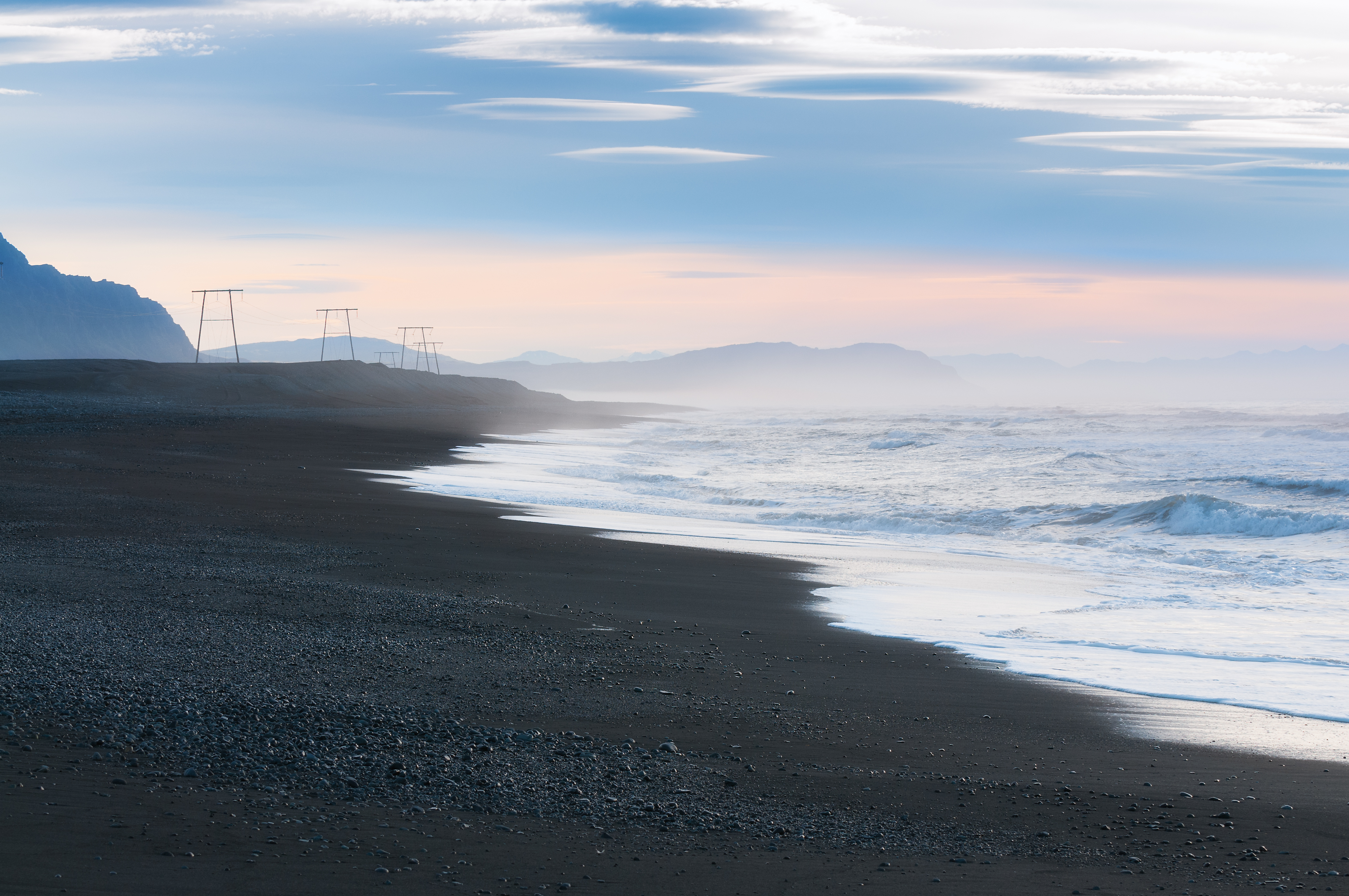 Einsamer Strand in Südisland, Nebel und Berge am Horizont