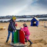 Kinder spielen auf dem Spielplatz in Island