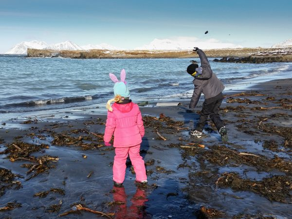Kinderspielen am Strand in Winterlandschaft