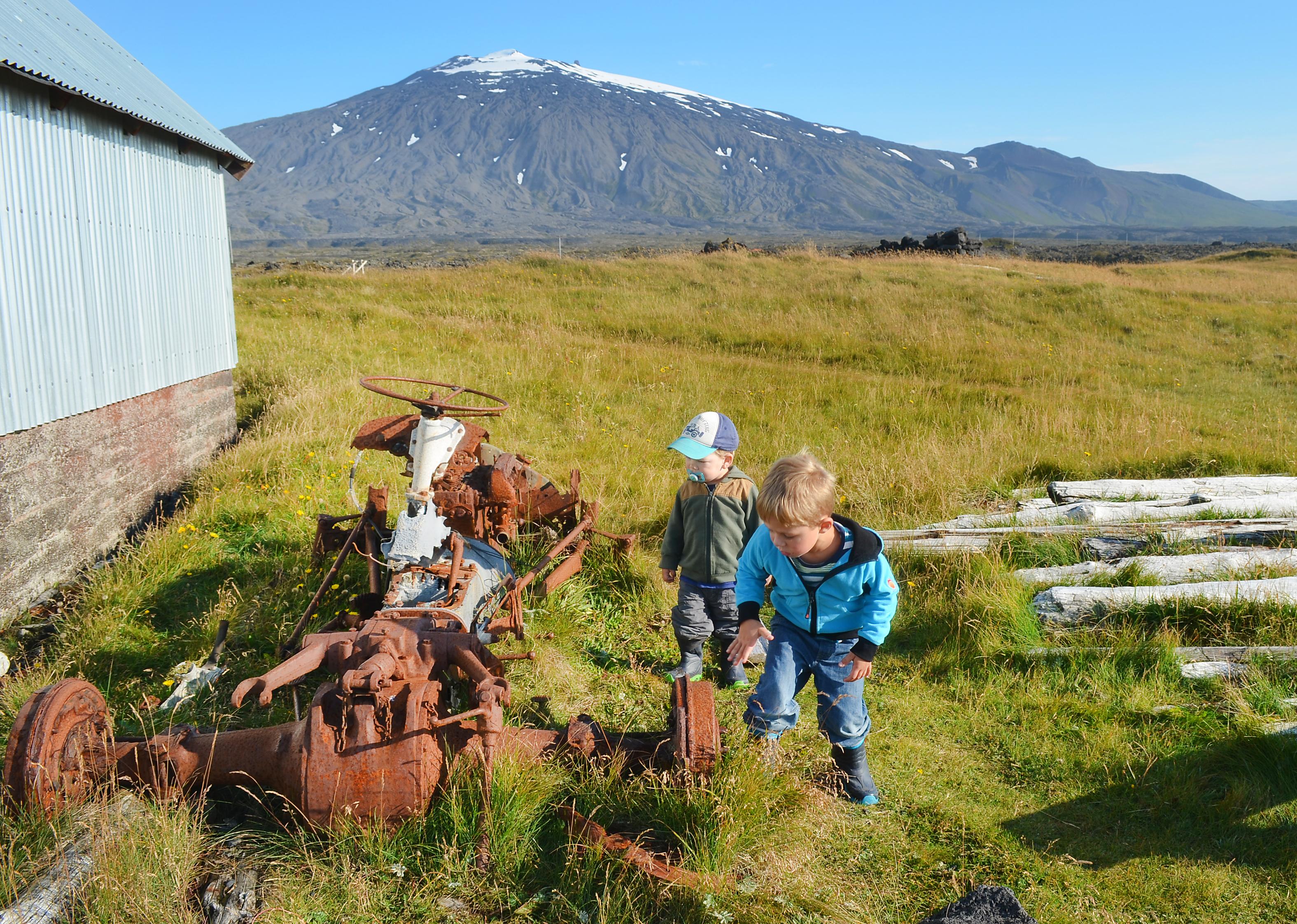 Kinder spielen und entdecken einen alten verrosteten Traktor