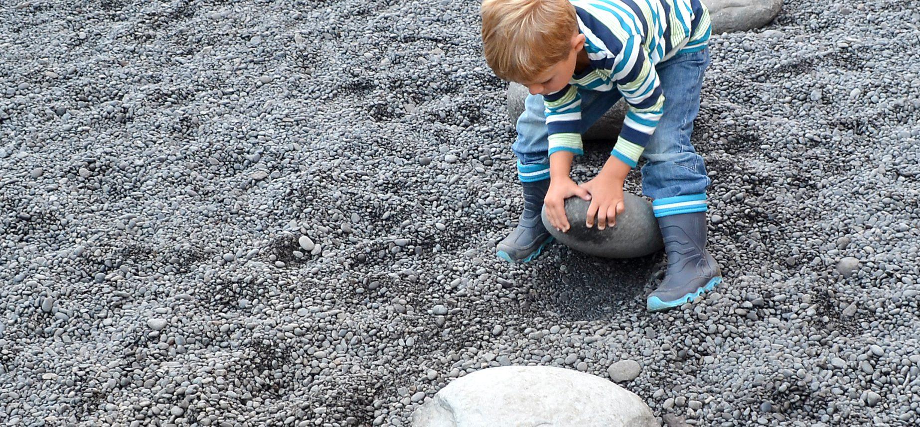 Kinder beim Kräftemessen mit den Kraftprobesteinen