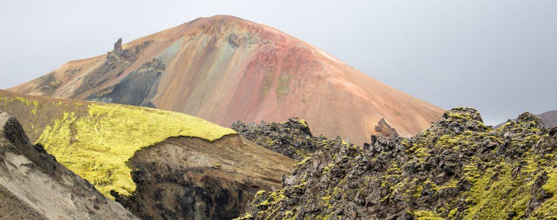 farbige Berge und grünes Moos im Hochland Islands, Landmannalaugar
