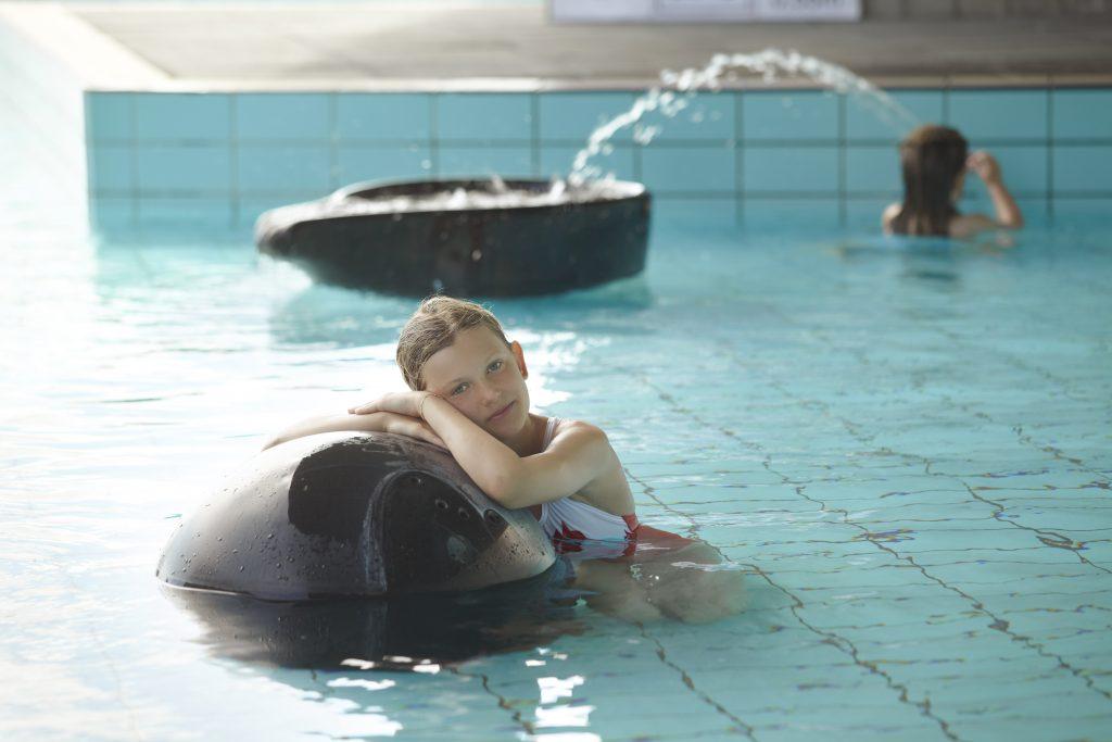 Mädchen entspannt in Badeanstalt in Island