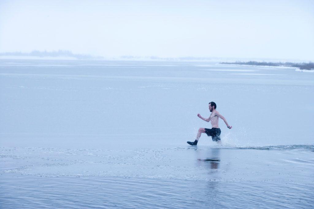 LaugarvatnFontana - Mann rennt durch den See Laugarvatn