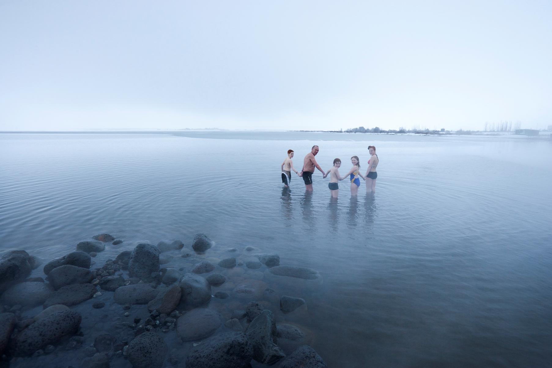 Laugarvatn Fontana Spa - Menschen laufen in den Laugarvatn See