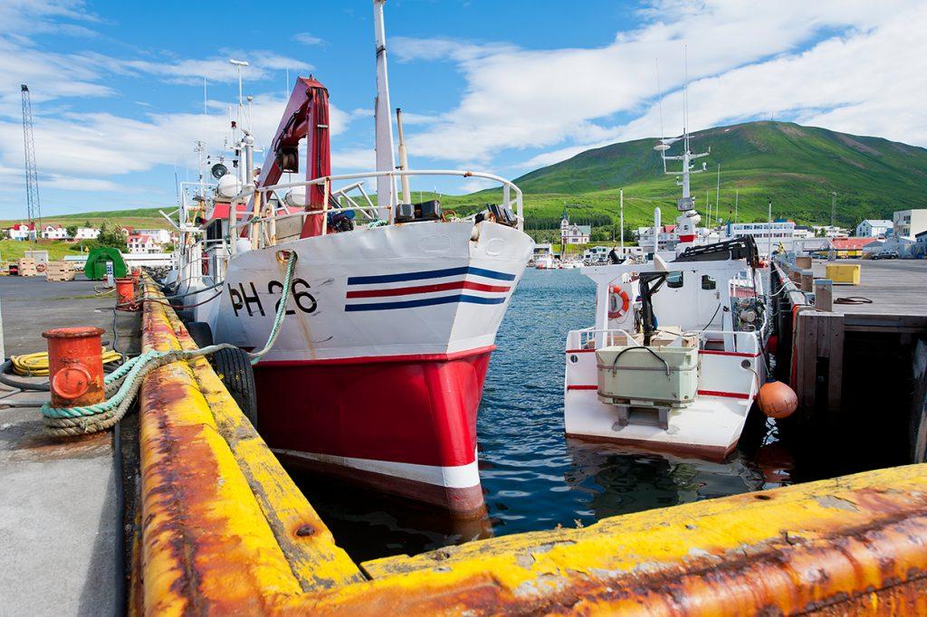 Boote am Hafen von Husavík in Nordisland, Walbeobachtung