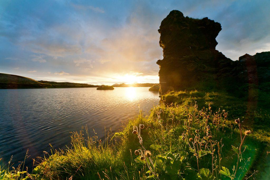 See Myvatn in Nord-Island mit Lavaformationen bei Sonnenuntergang