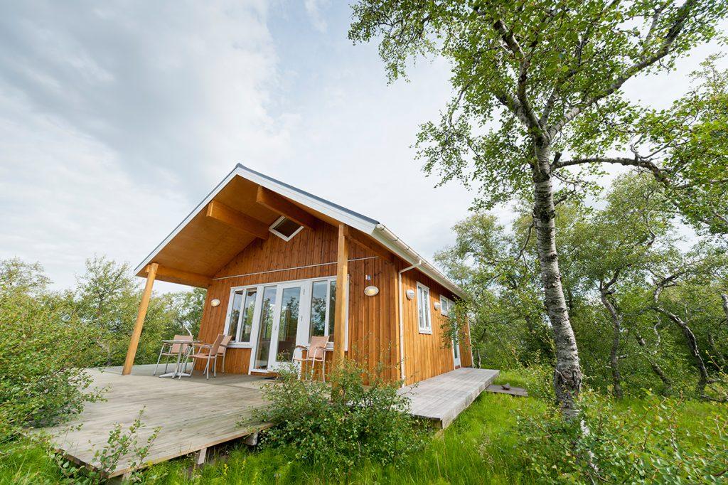 Ferienhaus aus Holz in isländischer Natur