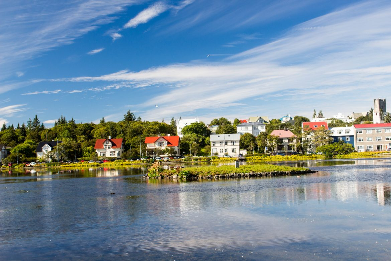 Reykjavik Stadtteich Tjörnin, farbige Häuser in Island, Wellblechhäuser