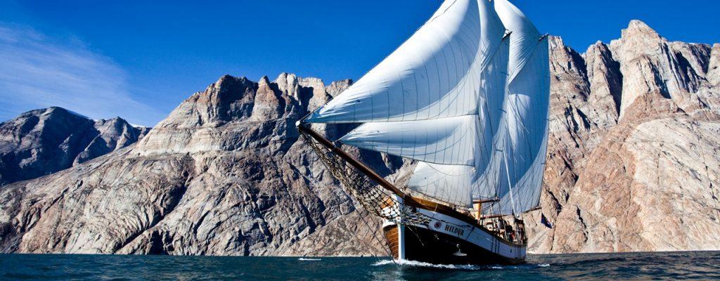 Segelschiff in Fjord in Nord-Ost-Grönland