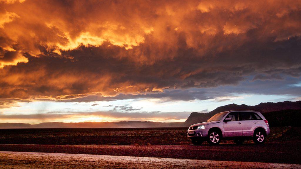 Mietwagen in Island im Sonnenuntergang