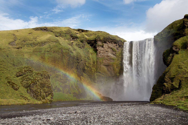 Skogafoss-Wasserfall in Süd-Island mit Regenbogen