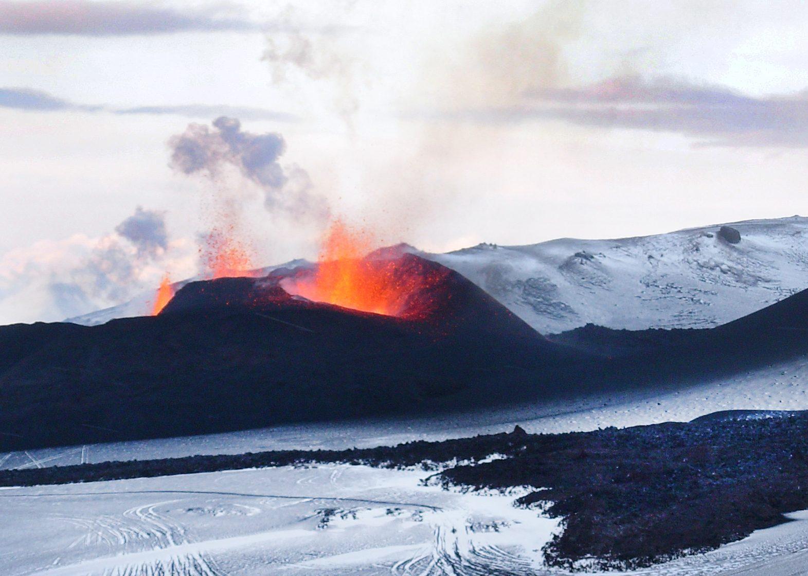 Feuerspeiender Vulkan auf Island im Winter
