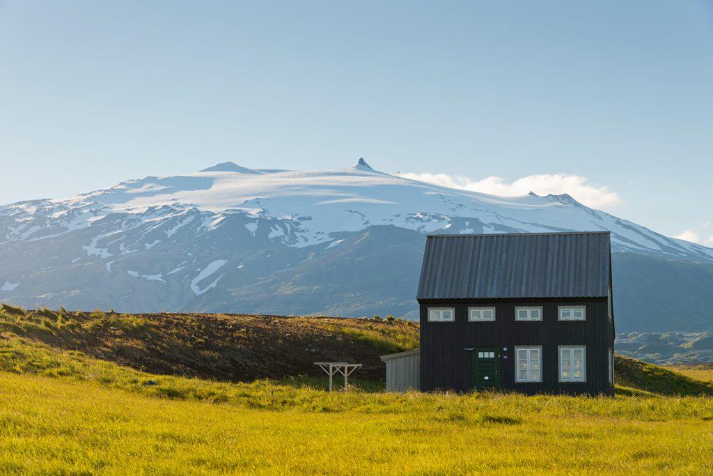 Ferienhaus auf gründer Wiese vor Berg in west-Island