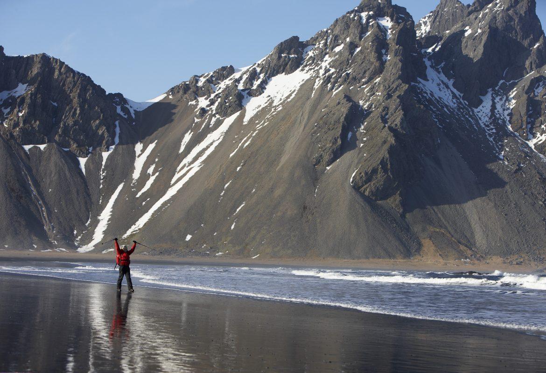 Island-Reisender vor Steilküste in Ostlisland