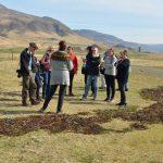 Reisegruppe wird informiert über das nachhaltige Wirtschaften an einem isländischen Bauernhof