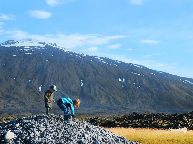 Kinder vor dem Snaefellsjökull Gletscher